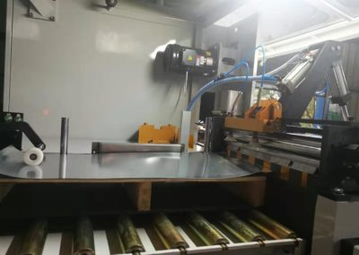 Automatic pail welder feeding table